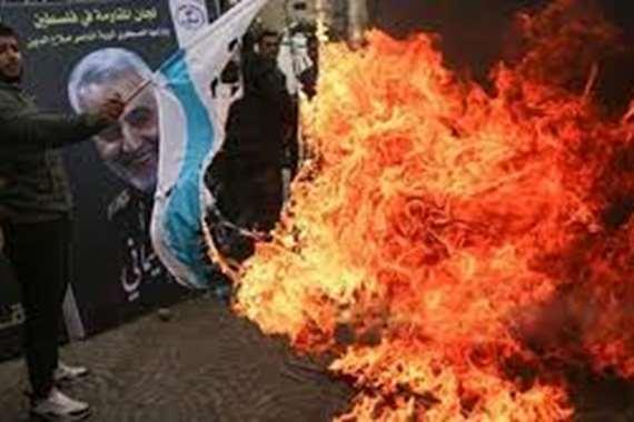 بعد طهران.. حرق صور قاسم سليماني وأبو مهدي المهندس في النجف