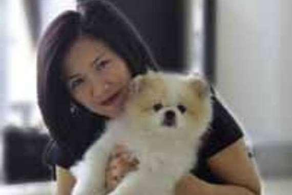 امرأة تعدي كلبها بكورونا