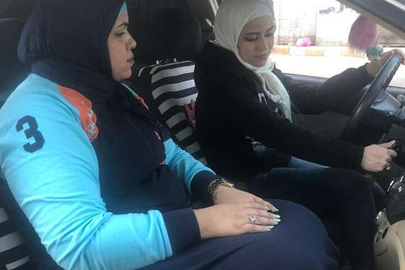 فتاة تدرب 1500 سيدة على قيادة السيارات