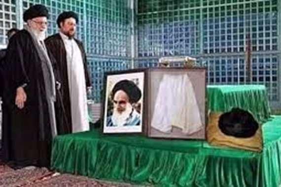 """تقبيل """"سروال الخميني"""" بمستشفيات إيران للشفاء من كورونا"""