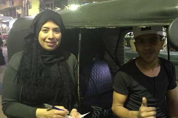 محررة المصريون مع سائق التوك توك