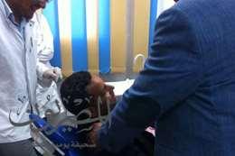 صورة الصحفي و معه المحافظ  أثناء إجراء الجراحة.  البسيطة