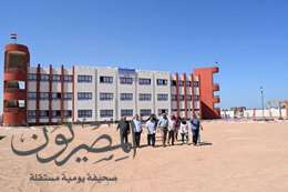 صور المحافظ أثناء  تفقد المدرسة