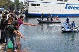 متظاهرون يلقون صلصة الطماطم فى البحر
