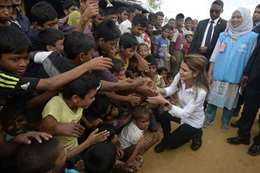الملكة رانيا مع عدد من مسلمى الروهينجا