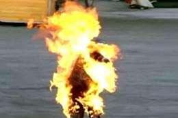 يشعل النار فى نفسه (أرشيفية)