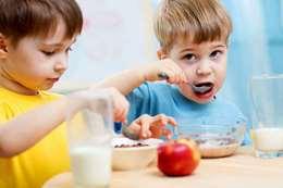 تناول فطور الأطفال