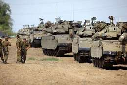 إسرائيل تحشد جيشها على حدود غزة