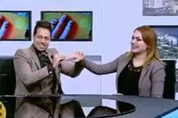 مذيع يفاجئ زميلته بطلب يدها على الهواء