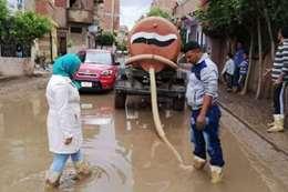 رئيسة وحدة محلية تشارك في أعمال شفط المياه
