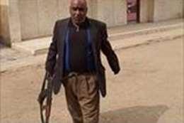 مدير مدرسة يحمل السلاح داخلها