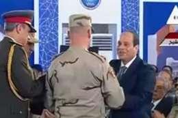 رئيس جهاز الخدمة الوطنية يهدى الرئيس نسخة من القرآن