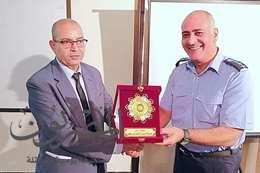 وكيل وزارة تعليم بورسعيد يتبادل الدروع مع رئيس القاعدة البحرية