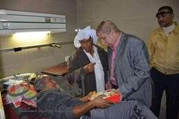 محافظ الإسماعيلية يوزع خلوى المولد النبوى على مصابى مسجد الروضة
