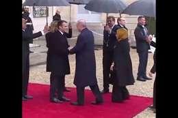 ماكرون أثناء استقبال أردوغان وزوجته