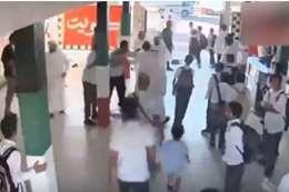 معركة مع معلم داخل مدرسة