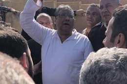 محمود حسين يحضر جنازة والده في حراسة الأمن