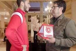 مسؤول من الترجي التونسي يكرم اللاعب رمضان صبحي