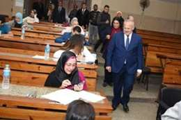 رئيس جامعة القاهرة خلال تفقده لجان الامتحانات