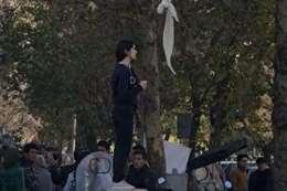 السيدة التى خلعت حجابها فى الاحتجاجات الايرانية