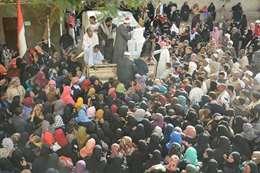 """قافلة خريجى الأزهر توزع مساعدات على 4 آلاف أسرة :وأهالي أسوان يثمنون جهود """"الطيب"""""""