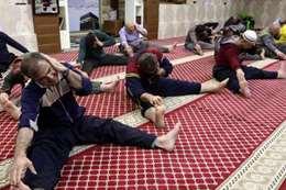 مصلون فى المسجد يلعبون رياضة