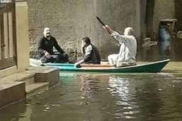 المواطنون يسيرون بالمراكب في «بلطيم»