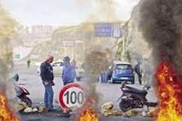 المتظاهرون يقطعون طرق رئيسية في لبنان