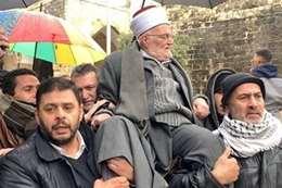 """دخل محمولا على الأعناق.. """" عكرمة صبري"""" يتحدى قرار الاحتلال"""