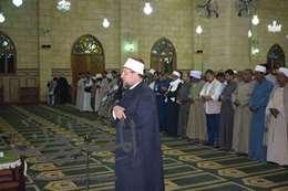 صوروزير الاوقاف يؤدى صلاة العشاء بمسجد ابو الحسن الشاذلي