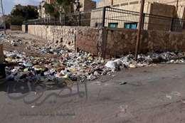 آحدى مدارسها الإسماعيلية  تحيطها القمامة