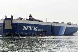 إحدى السفن العابرة اليوم  بقناة السويس