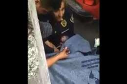 شرطية تقوم بعملية ولادة اضطرارية في شارع عام