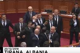 قذف رئيس وزراء ألبانيا بالبيض داخل البرلمان