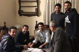 محمد محمود أثناء توقيعه للأهلي