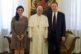 بابا الفاتيكان ومساعدينه