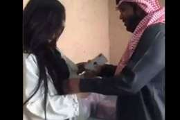 سعودي يخلع عباءة فتاة