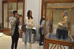 الفس بصحبة زوجته بالمتحف