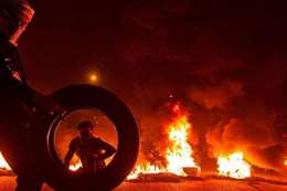 المتظاهرين يحرقون مقار موالية لإيران في بغداد