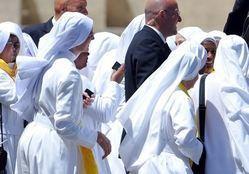 شاهد.. راهبات على شاطئ البحر تضامنا مع المسلمات