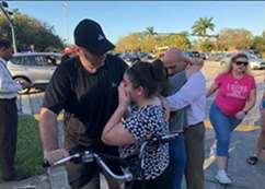 حزن وبكاء أهالي ضحايا مدرسة فلوريدا الأمريكية