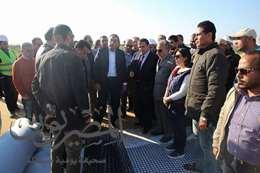 وزير الإسكان خلال زيارة محور 30 يونيو