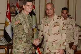 لقاء وزير الدفاع بالقيادة المركزية الأمريكية