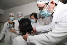 ممرضات يحلقن رؤوسهن
