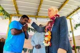 هندي يصلي لتمثال ترامب