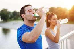 شرب الكثير من الماء يحسن البشرة