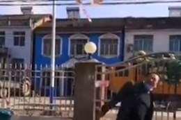 """مواطن صيني يلقي النقود بسبب """"كورونا"""""""