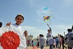 """""""الطائرات الورقية"""" تحلّق بأطفال غزة بعيدا عن الحصار"""