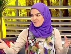 """بالفيديو.. متصلة تحرج """"منى عبدالغني"""" على الهواء"""
