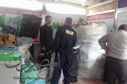 العمال أثناء جمع القمامة بالأكشاك
